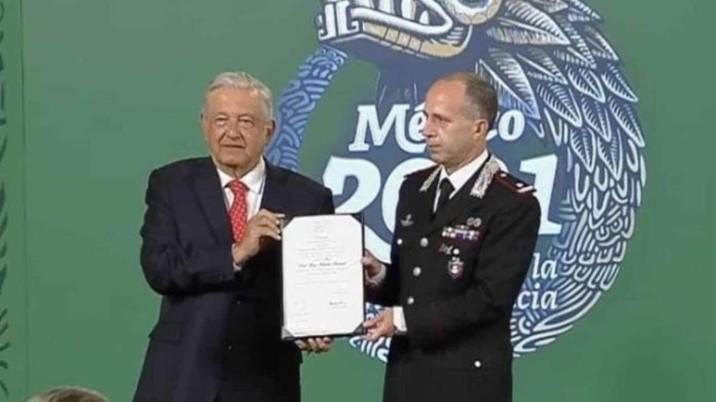 AMLO condecora a Roberto Riccardi, comandante de Carabineros