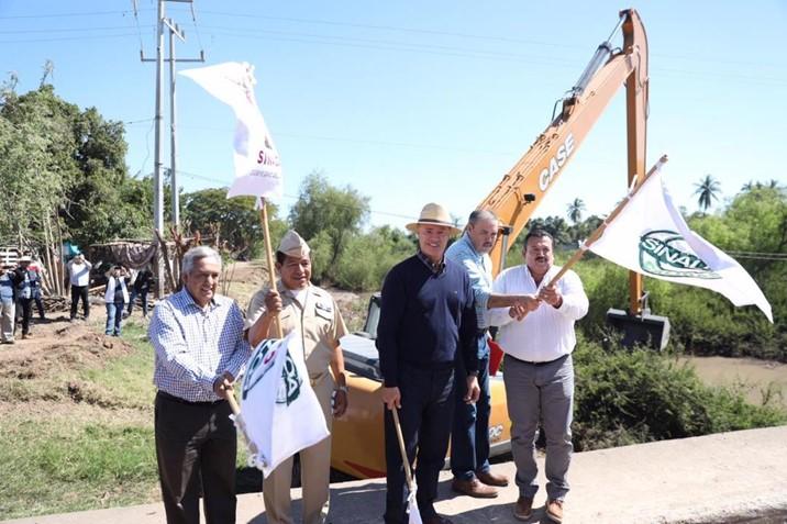 Gobernador inicia el dragado del dren Cedritos en El Guamuchilito