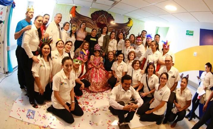 Rosy Fuentes corona a Lupita I reina infantil del CRRI Mazatlán