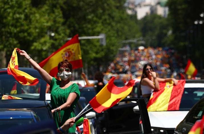 Miles protestan en caravanas contra gestión de crisis en España