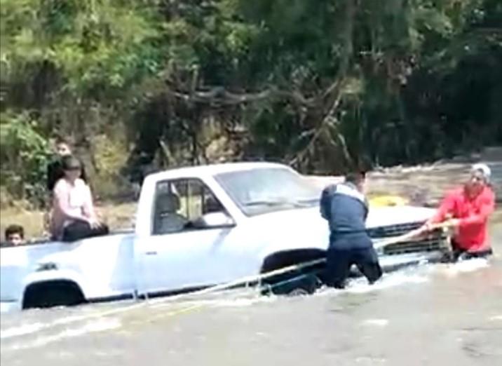 Policías preventivos rescatan a familia que intentaba cruzar el río Humaya