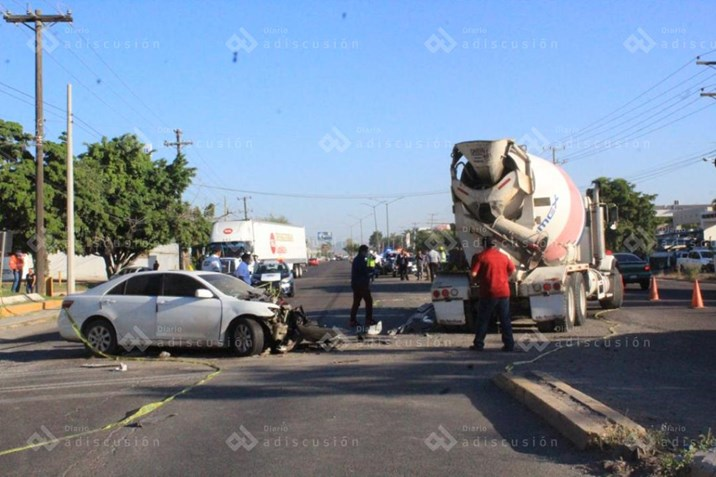Hombre muere al chocar contra camión revolvedora en Culiacán
