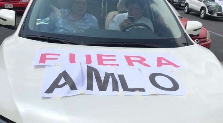 En caravanas de autos, ciudadanos protestan contra AMLO