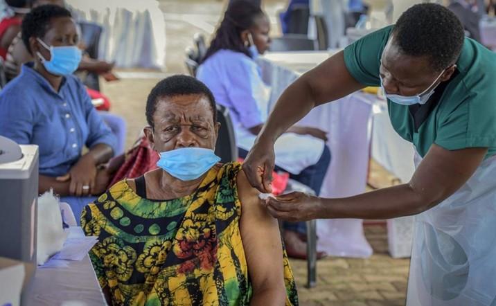Cientos de personas reciben vacunas falsas contra Covid