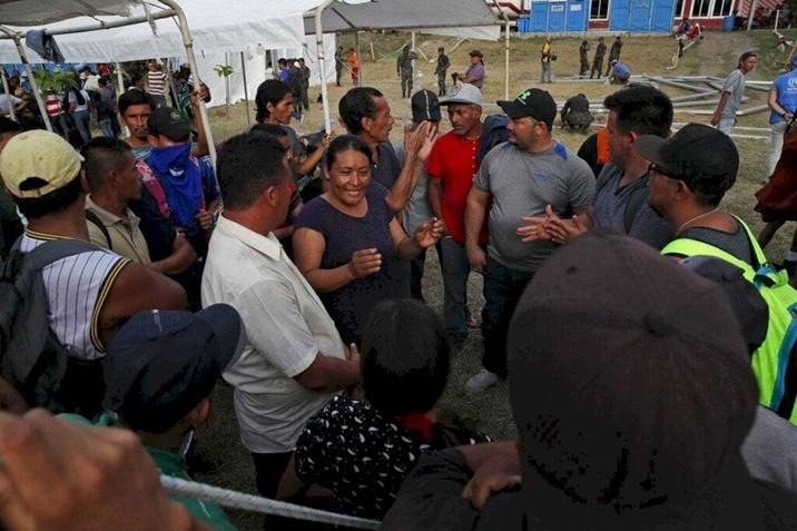 Migrantes dan plazo de tres horas para que les den paso libre a México