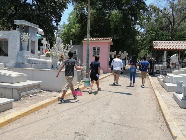Moderada la afluencia en panteones de Culiacán